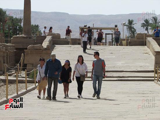 السياح من مختلف دول العالم يتوافدون على معابد الكرنك