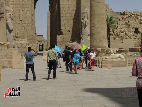 جانب من زيارات السياح لمعالم الأقصر الأثرية