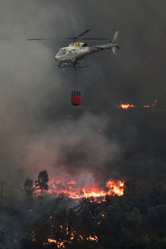 طائرة اطفاء تساعد فى اخماد الحريق