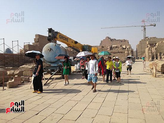 السياح الآسيويين يواصلون جولاتهم وزياراتهم لمعابد الاقصر
