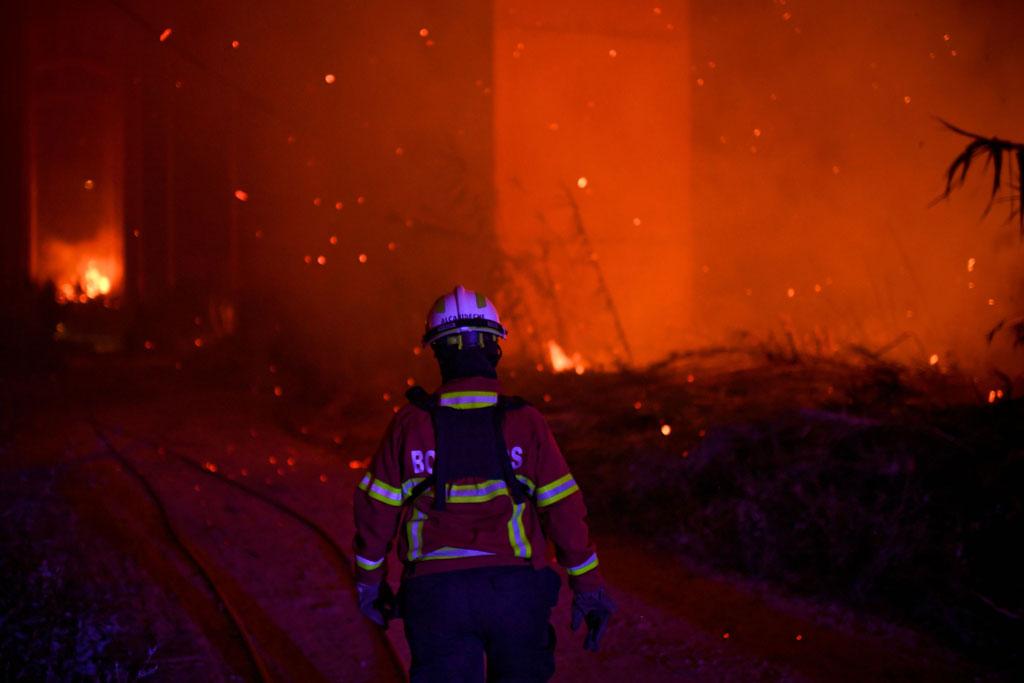 أحد أفراد الإطفاء فى محيط النيران