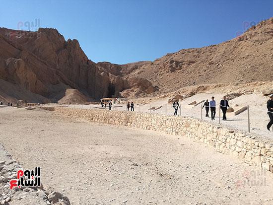 السياح يستمتعون بمقابر وادى الملوك والملكات بغرب الاقصر