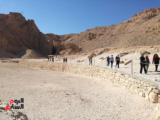 جانب من زيارات السياح لمقابر البر الغربى بالاقصر