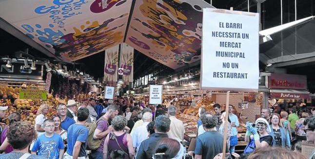 لافتة تقول الحى يحتاج الى أسواق عامة وليس المطاعم