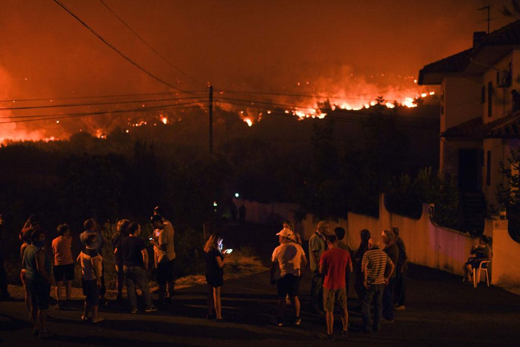 مواطنون فى حالة من القلق نتيجة لزحف النيران باتجاه منازلهم