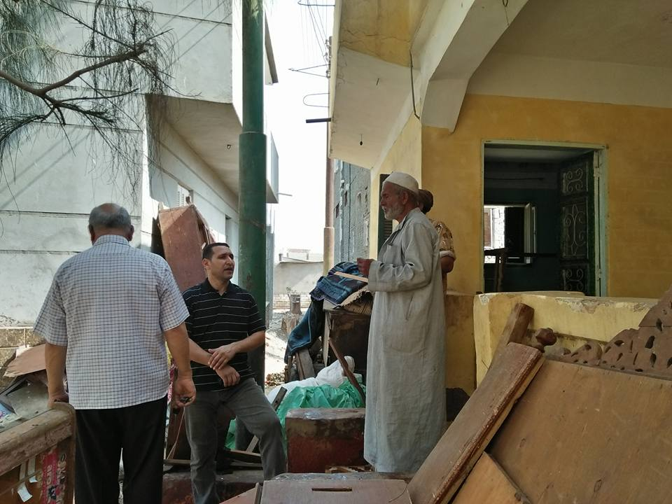 3- الاسرة أمام المنزل الذي وفرته المحافظة ل