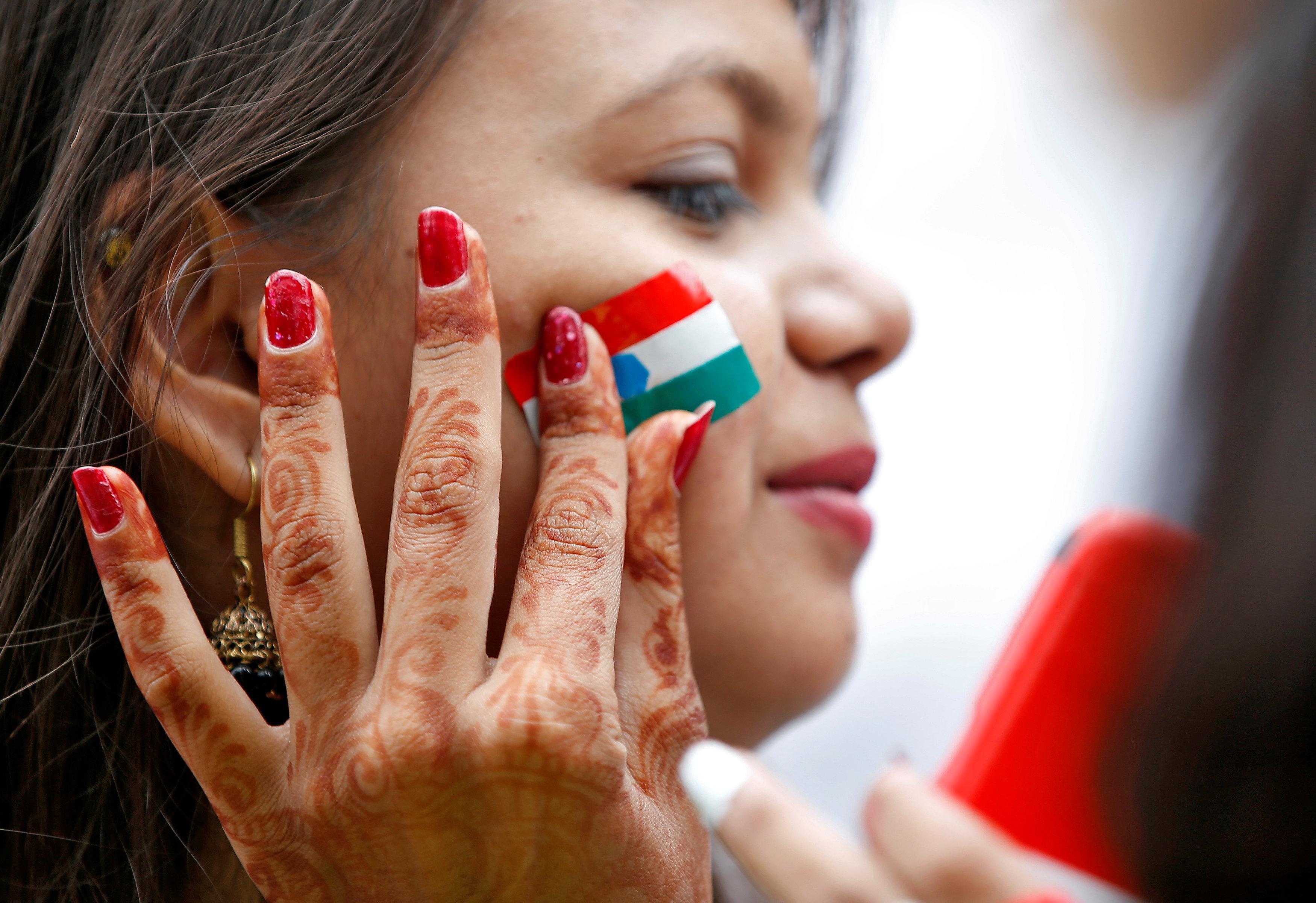 طباعة العلم الهندى استعدادا للاحتفالات