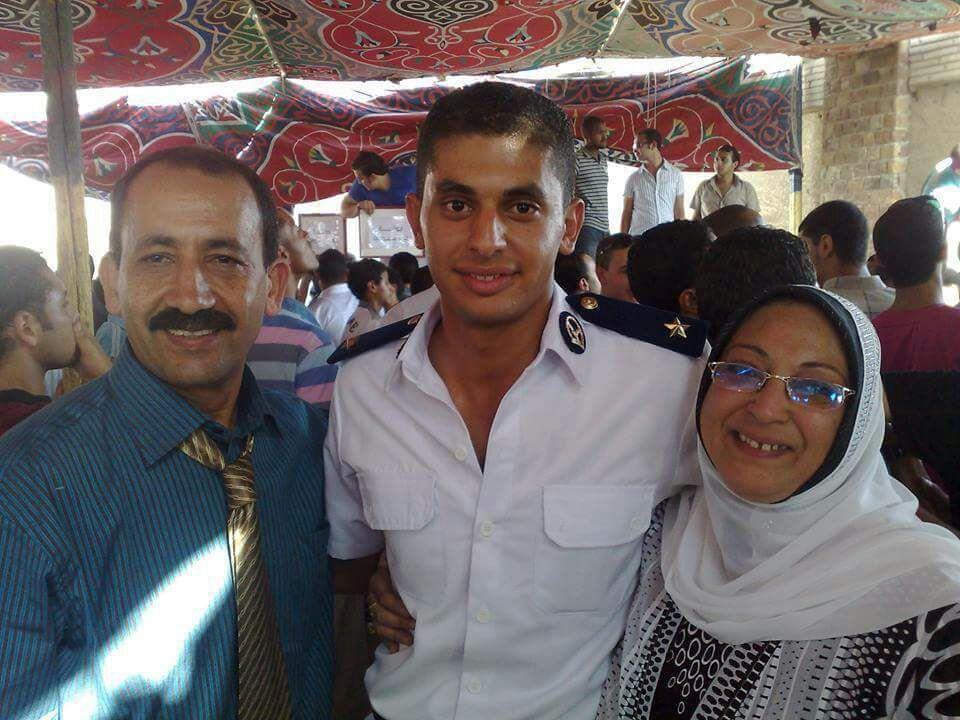 والدة ووالد الشهيد هشام شتا يتوسطهم الشهيد يوم تخرجه