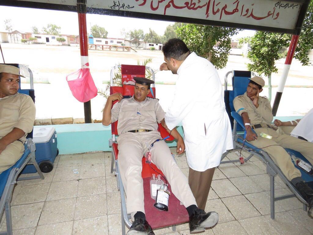 رجال الشرطة يتبرعون بالدم (1)
