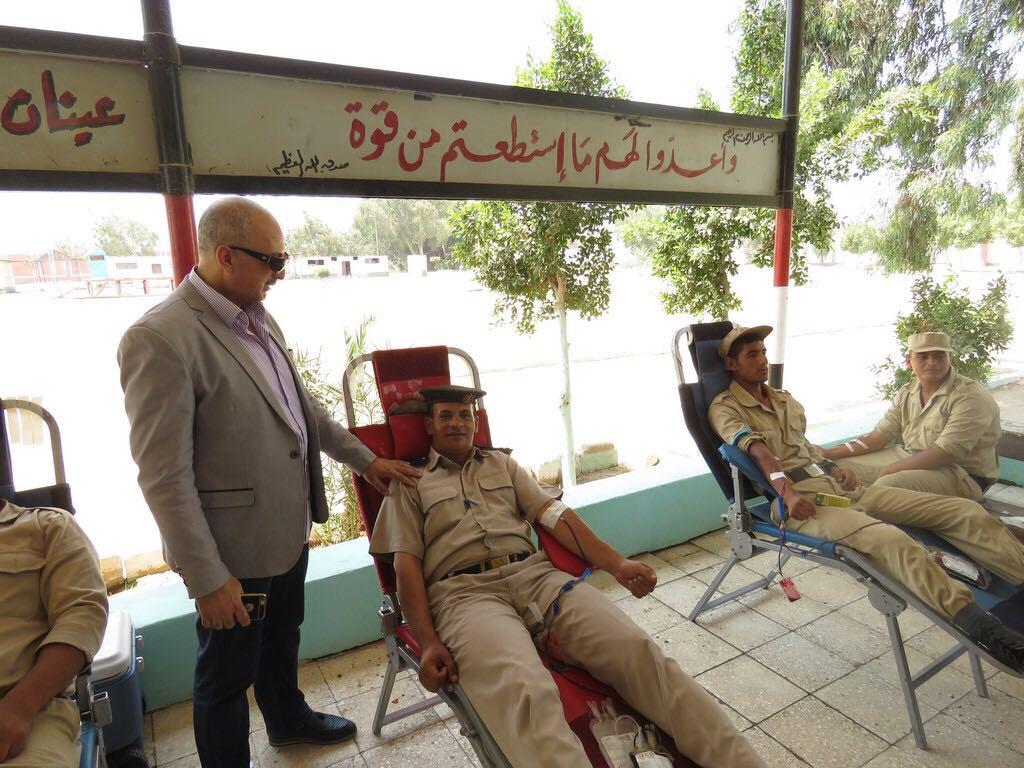 رجال الشرطة يتبرعون بالدم (2)