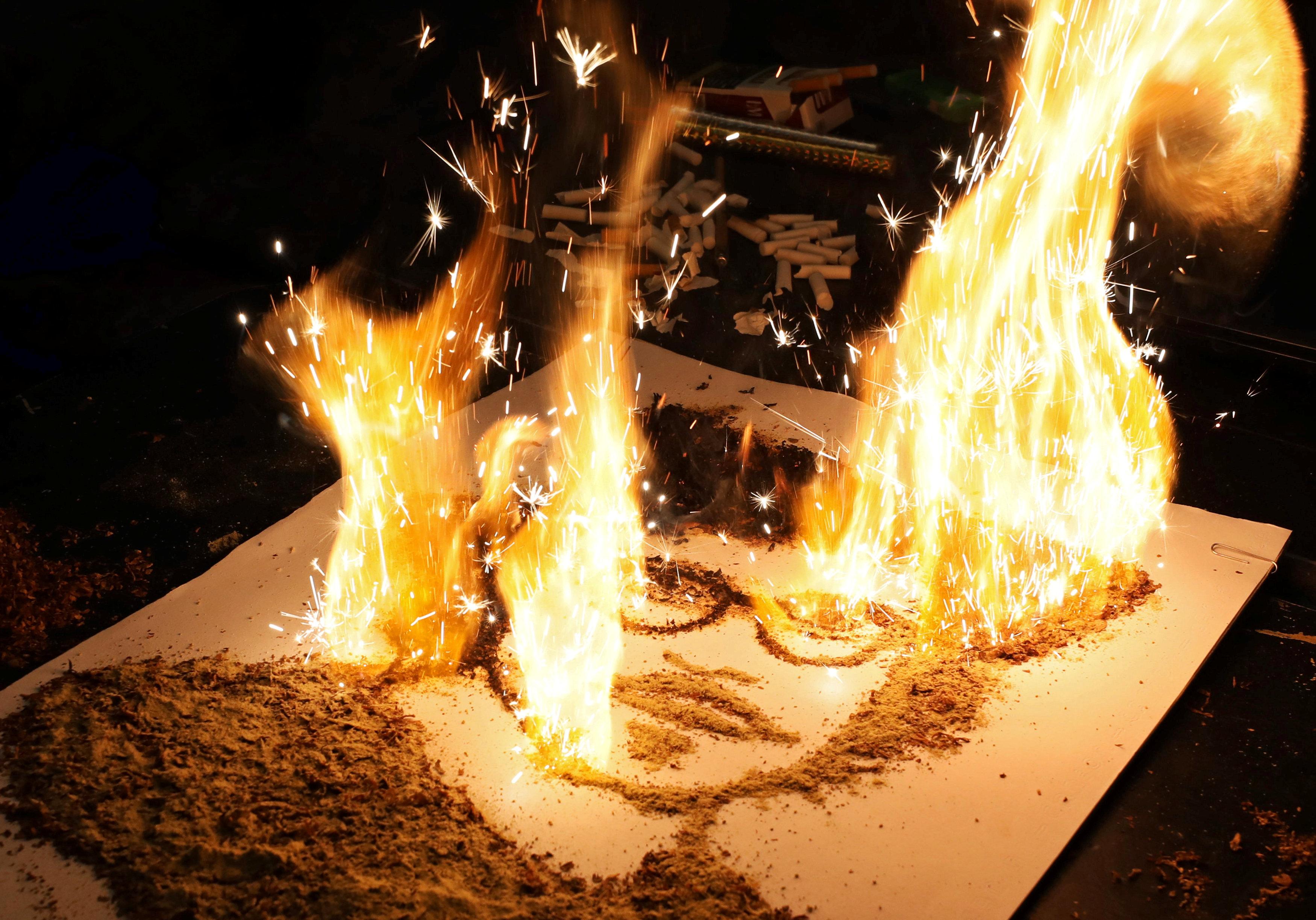فنان مصري يضرم النار في لوحات
