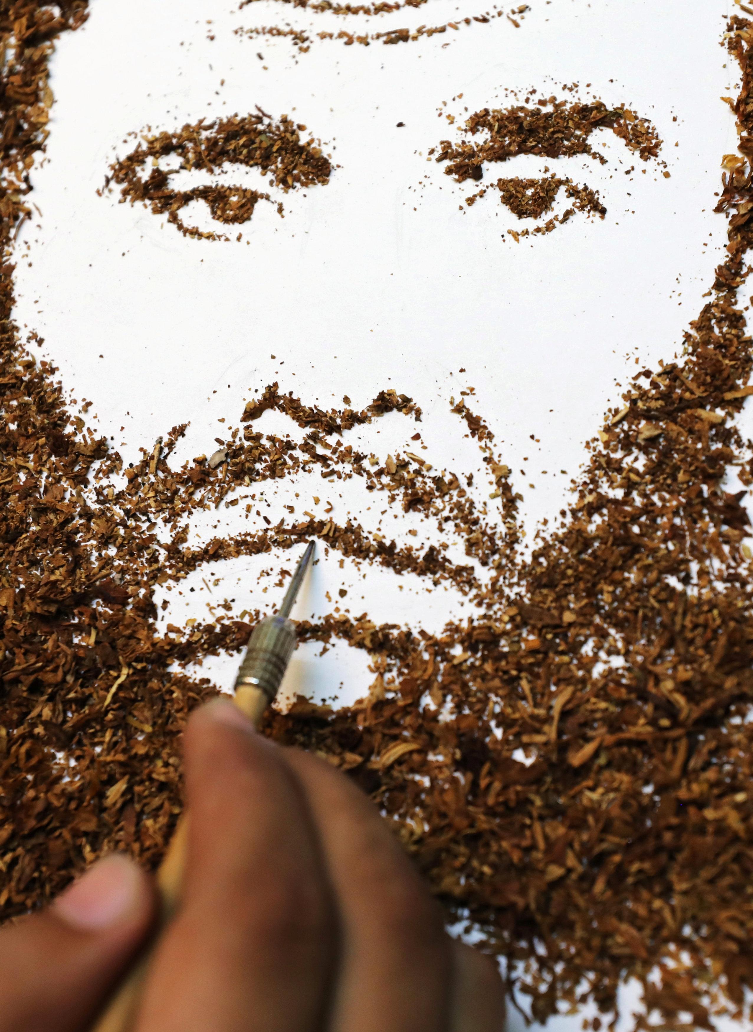 عبد الرحمن الحبروك يرسم بالتبغ