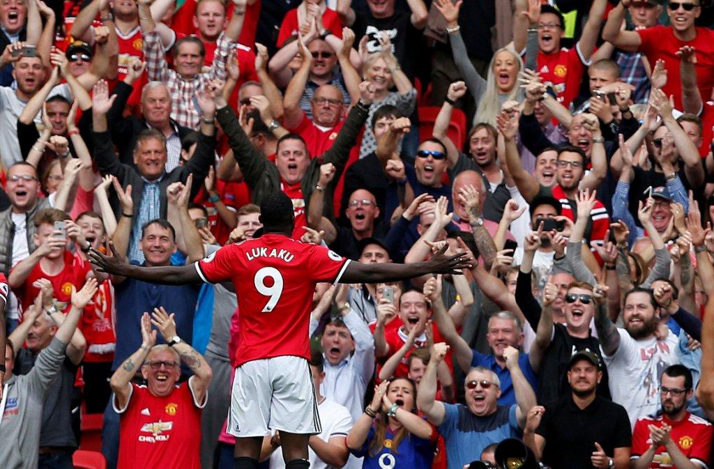 لوكاكو يحتفل مع جماهير مانشستر يونايتد