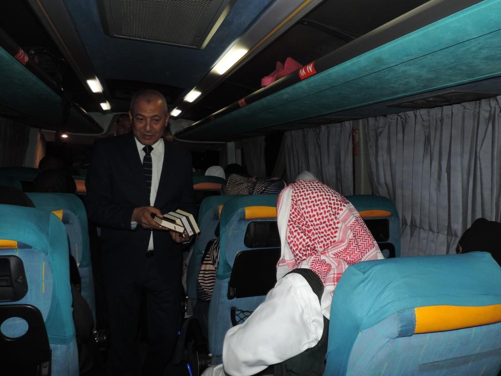 مدير أمن مطروح يوزع مصاحف على فوج حجاج مطروح