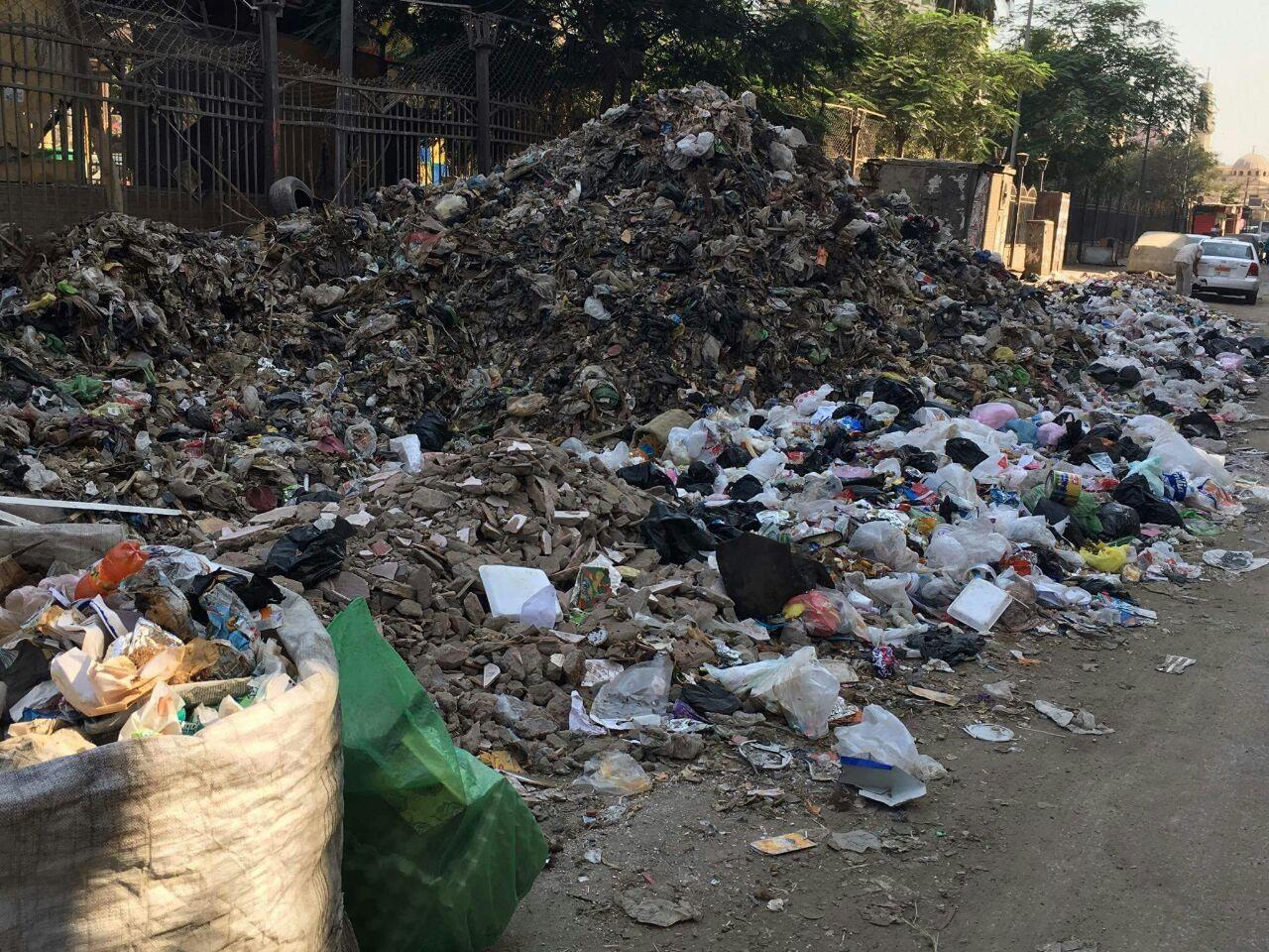 القمامة تحصر الشارع