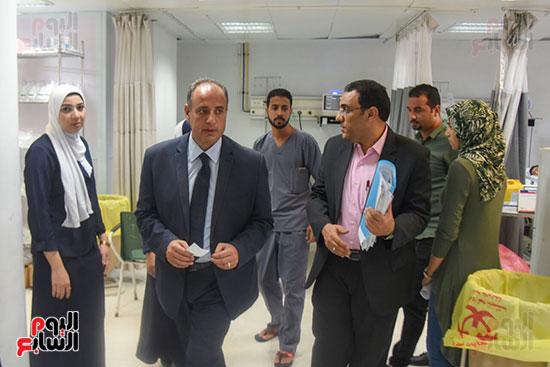 محمد سلطان خلال جولة بالمستشفيات