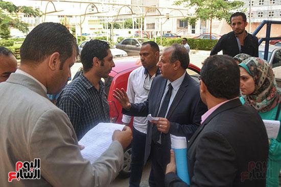 محافظ الإسكندرية خلال متابعة تداعيات الحادث