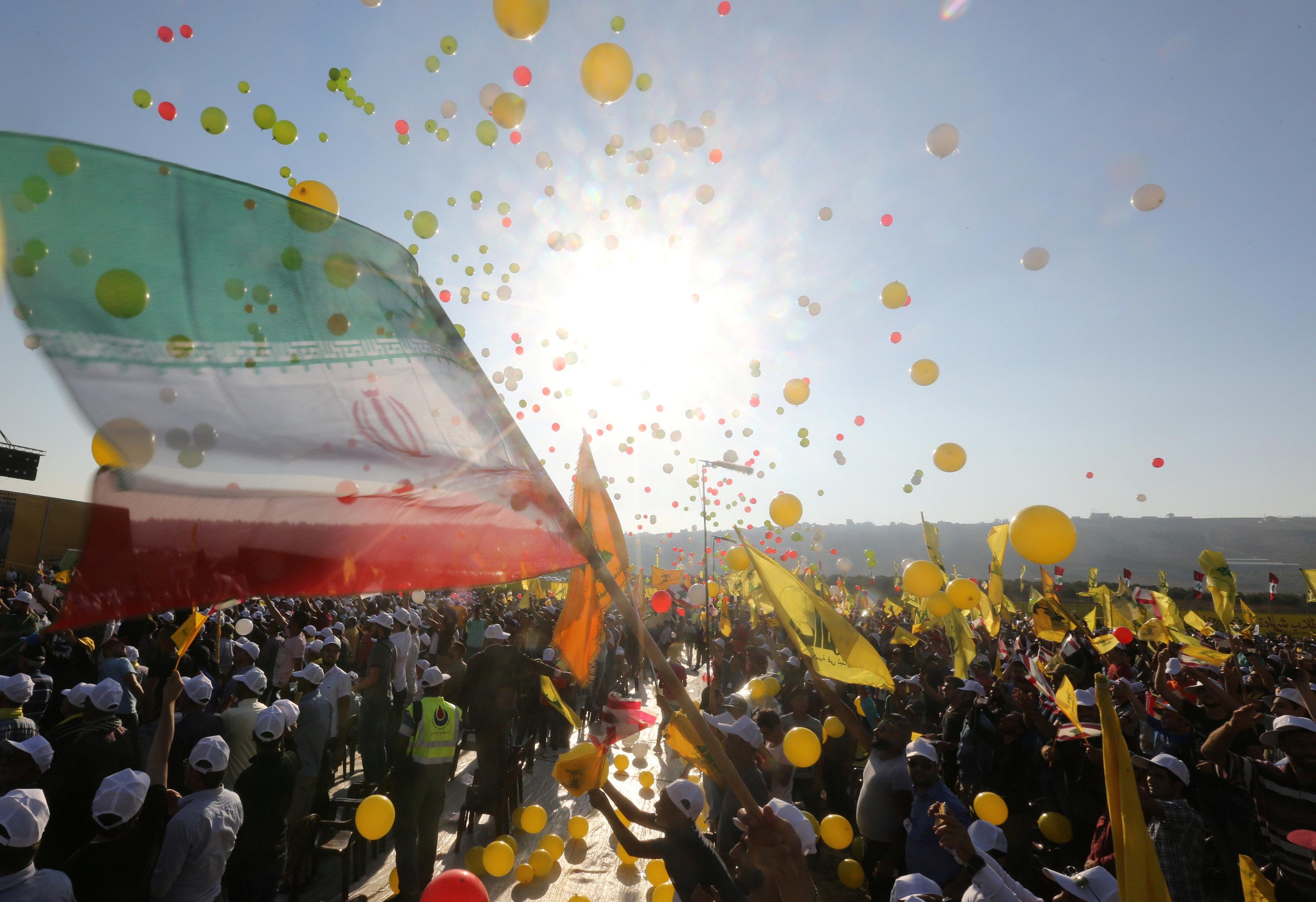 أعلام إيران تظهر خلال الخطاب