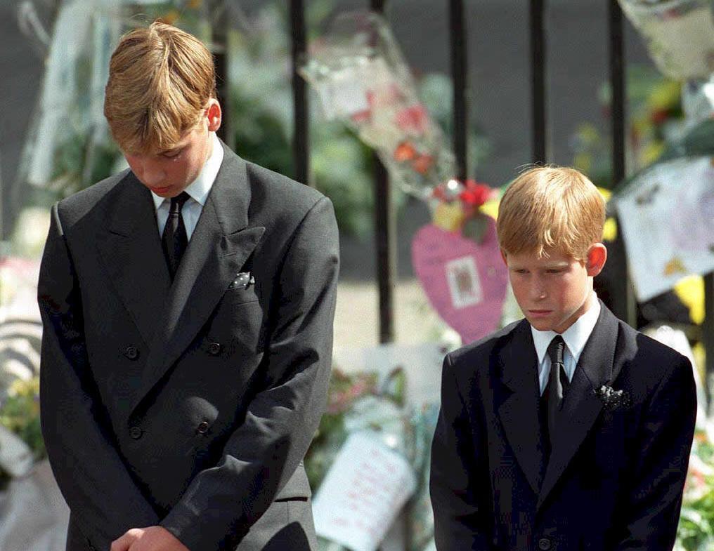 الأمير وليام وشقيقه هاري أبناء ديانا في جنازتها عام 1997