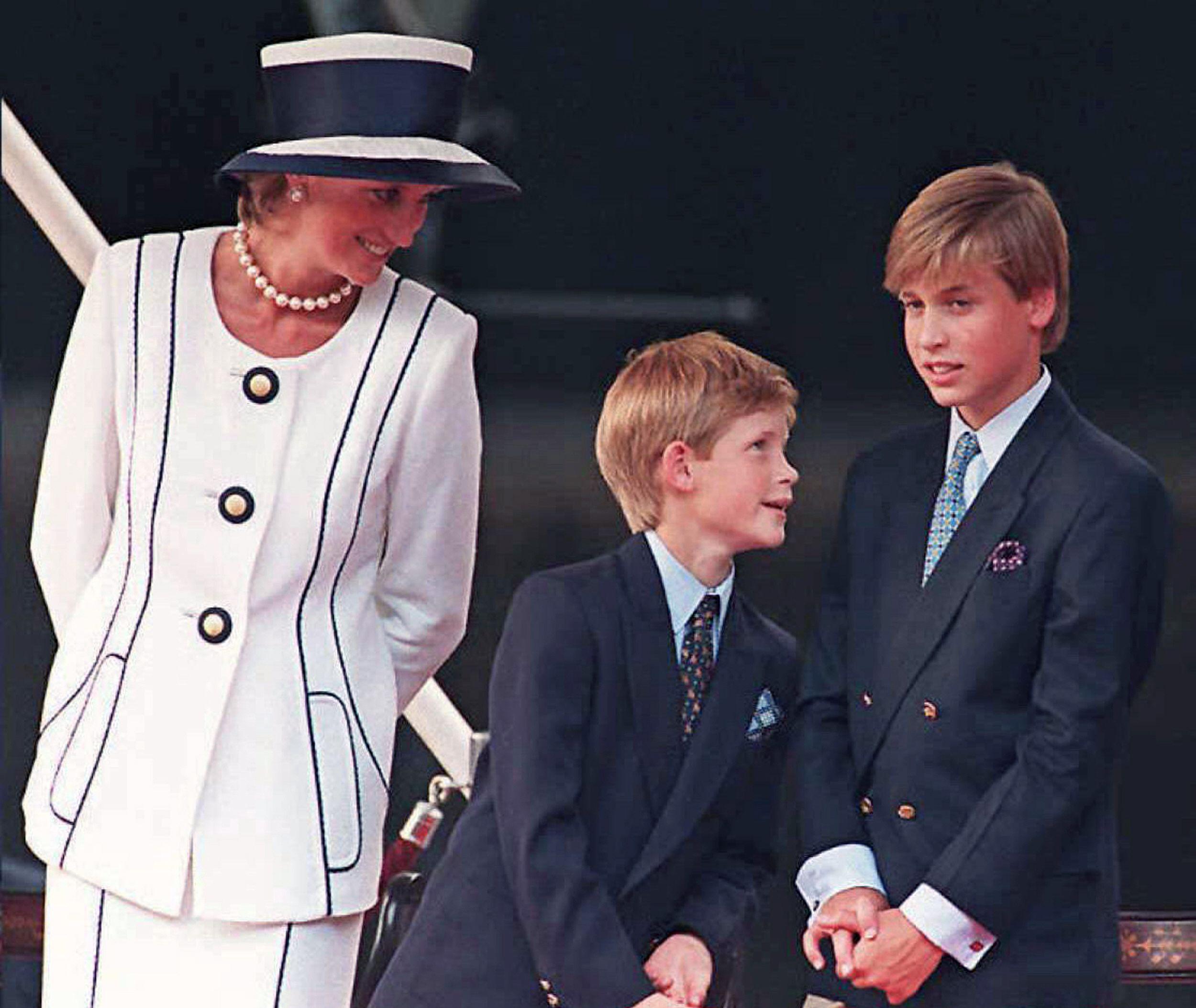 ديانا مع الأمير وليام وهاري في مشاركة ذكر استسلام اليابان عام 1995