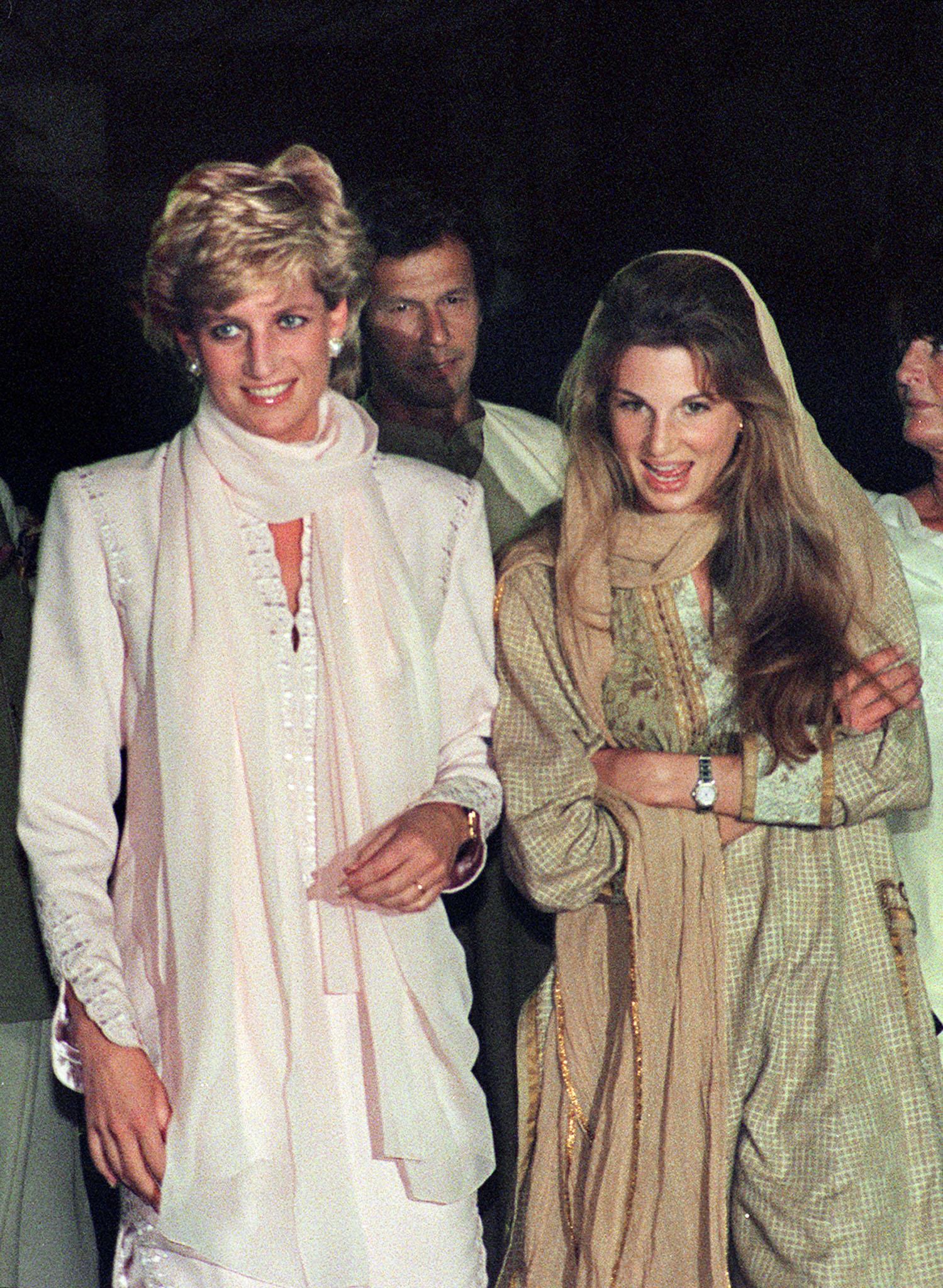 ديانا مع  سيدة المجتمع الإنجليزية جيميما خان في زيارة لباكستان عام  1996