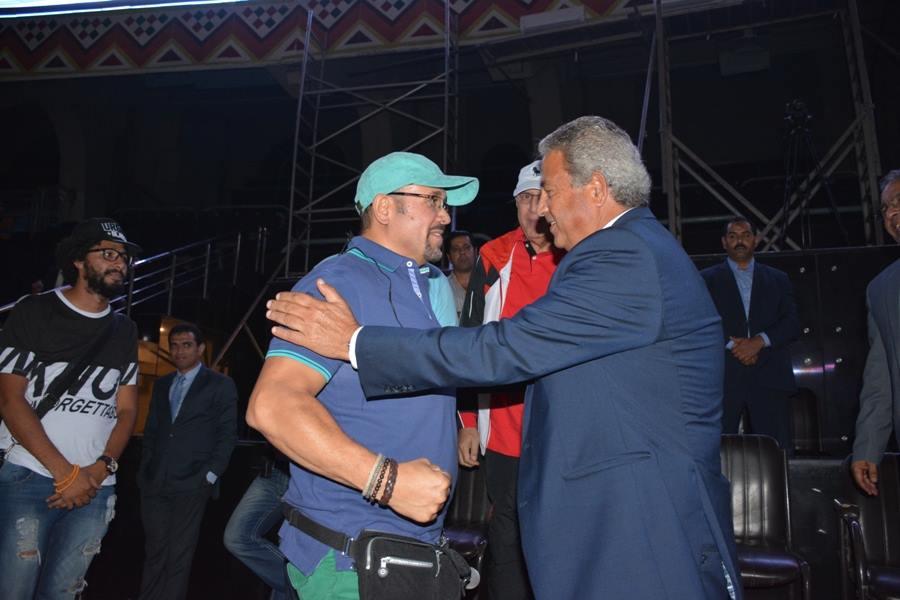 وزير الشباب مع هشام عباس