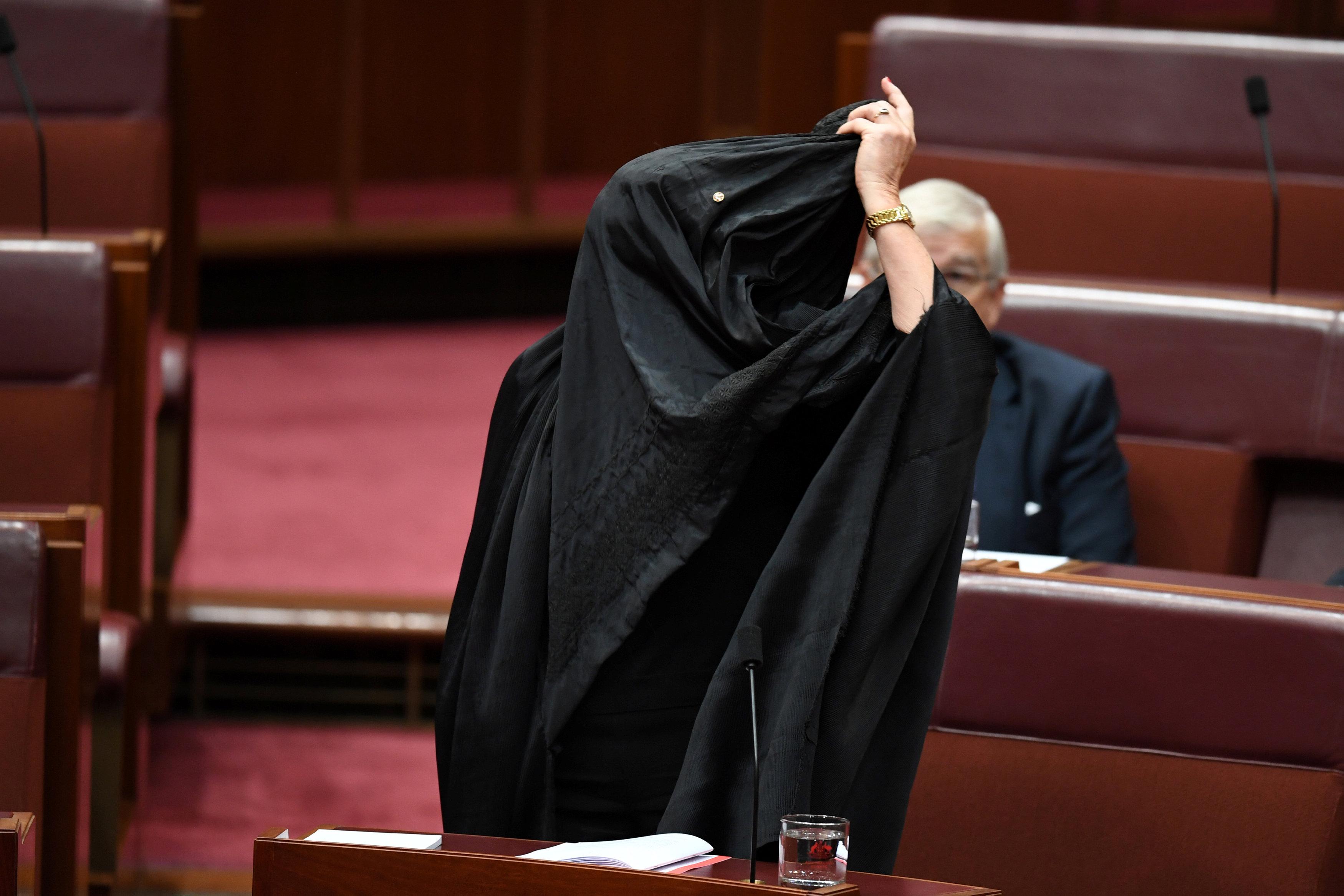 النائبة ترتدى البرقع