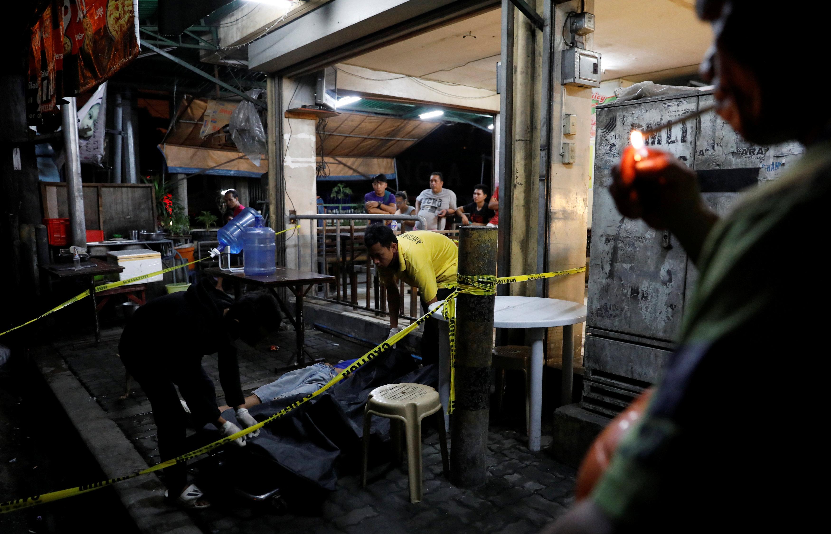 أحد تجار المخدرات عقب قتله برصاص الشرطة الفلبينية