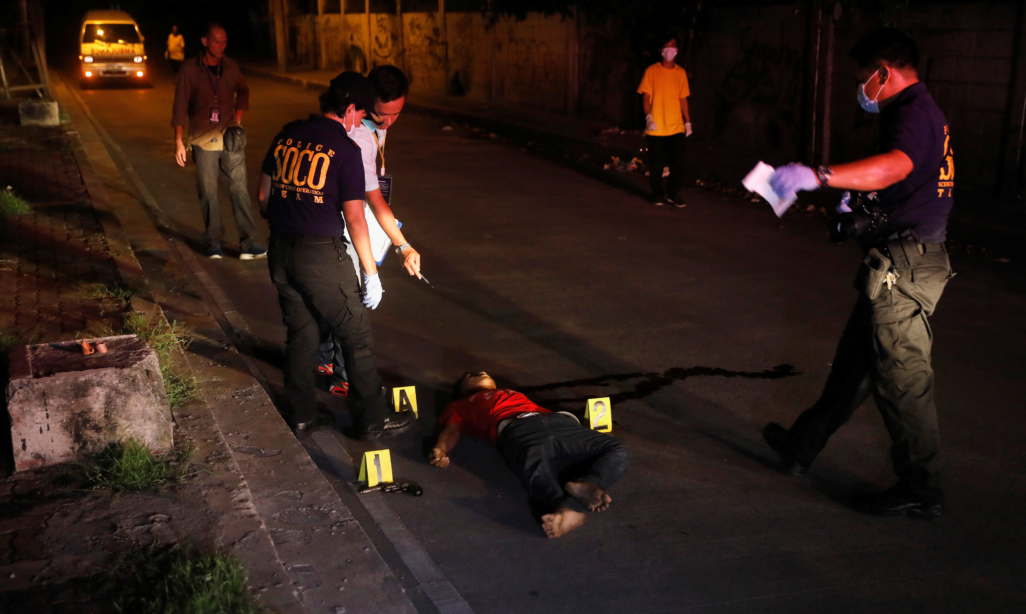 رجال المعمل الجنائى ترفع آثار الحادث عقب مقتل أحد تجار المخدرات فى تبادل لاطلاق النار