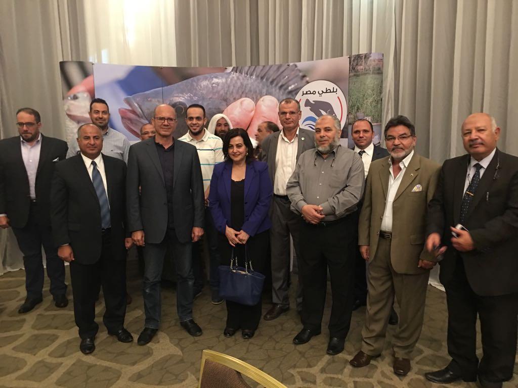 نائب وزير الزراعة تلتقط صورة تذكارية مع منتجى الاسماك