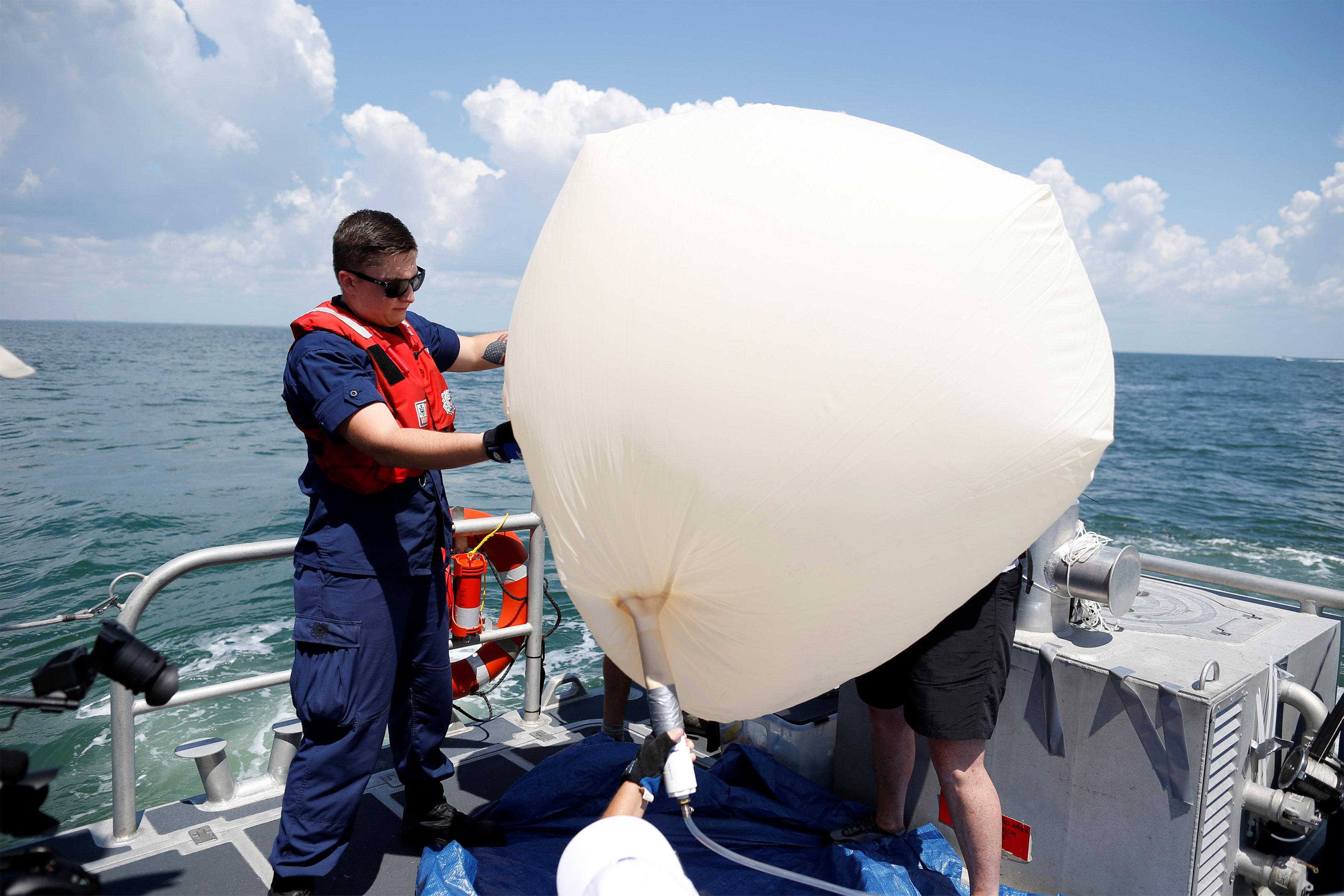نفخ البالونات مثبت بها كاميرات عالية الدقة لمتابعة الكسوف بأمريكا