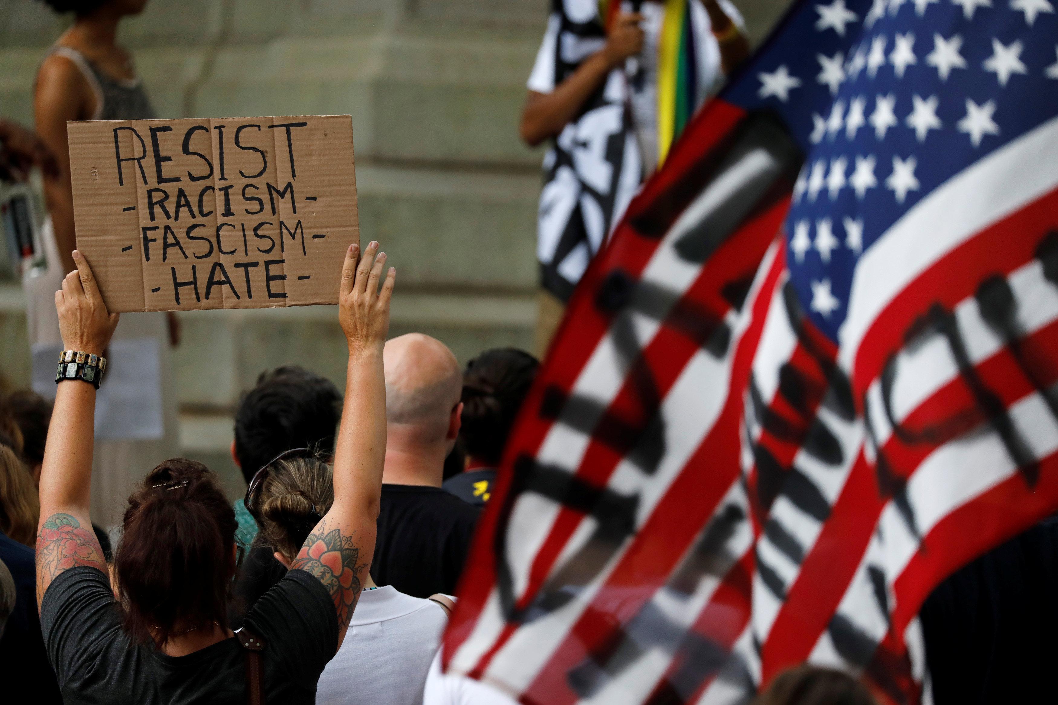 2017-08-18T234212Z_1363471393_RC15AD5E49E0_RTRMADP_3_USA-PROTESTS-STATUES
