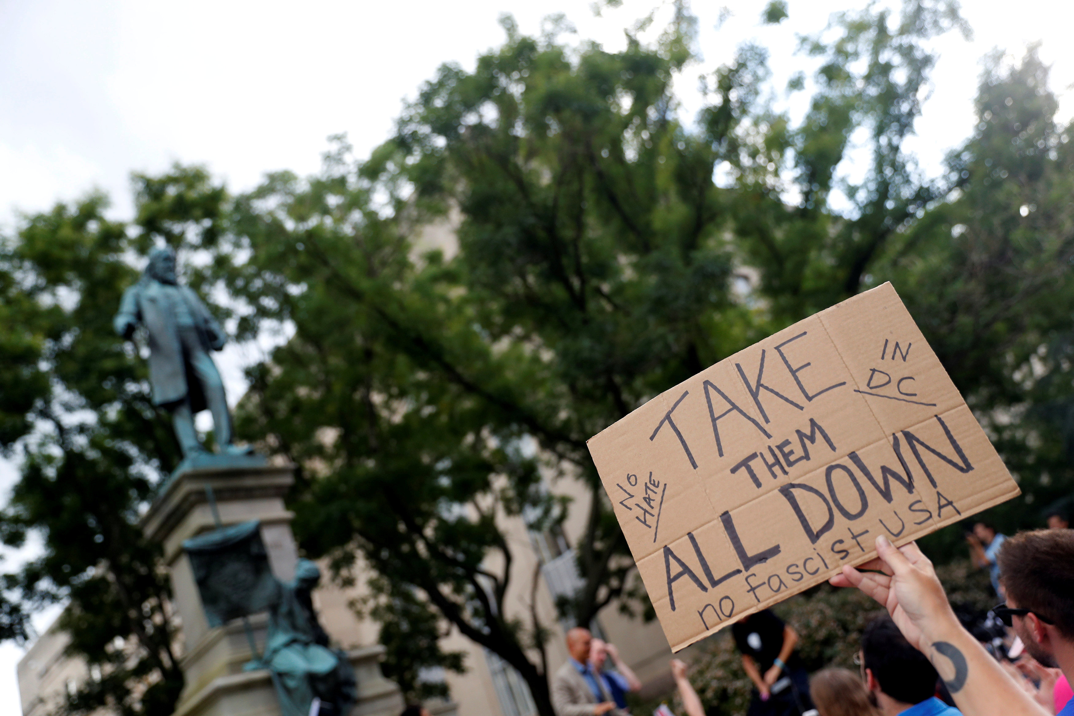 2017-08-19T004422Z_1265498377_RC19963F7D20_RTRMADP_3_USA-PROTESTS-STATUES
