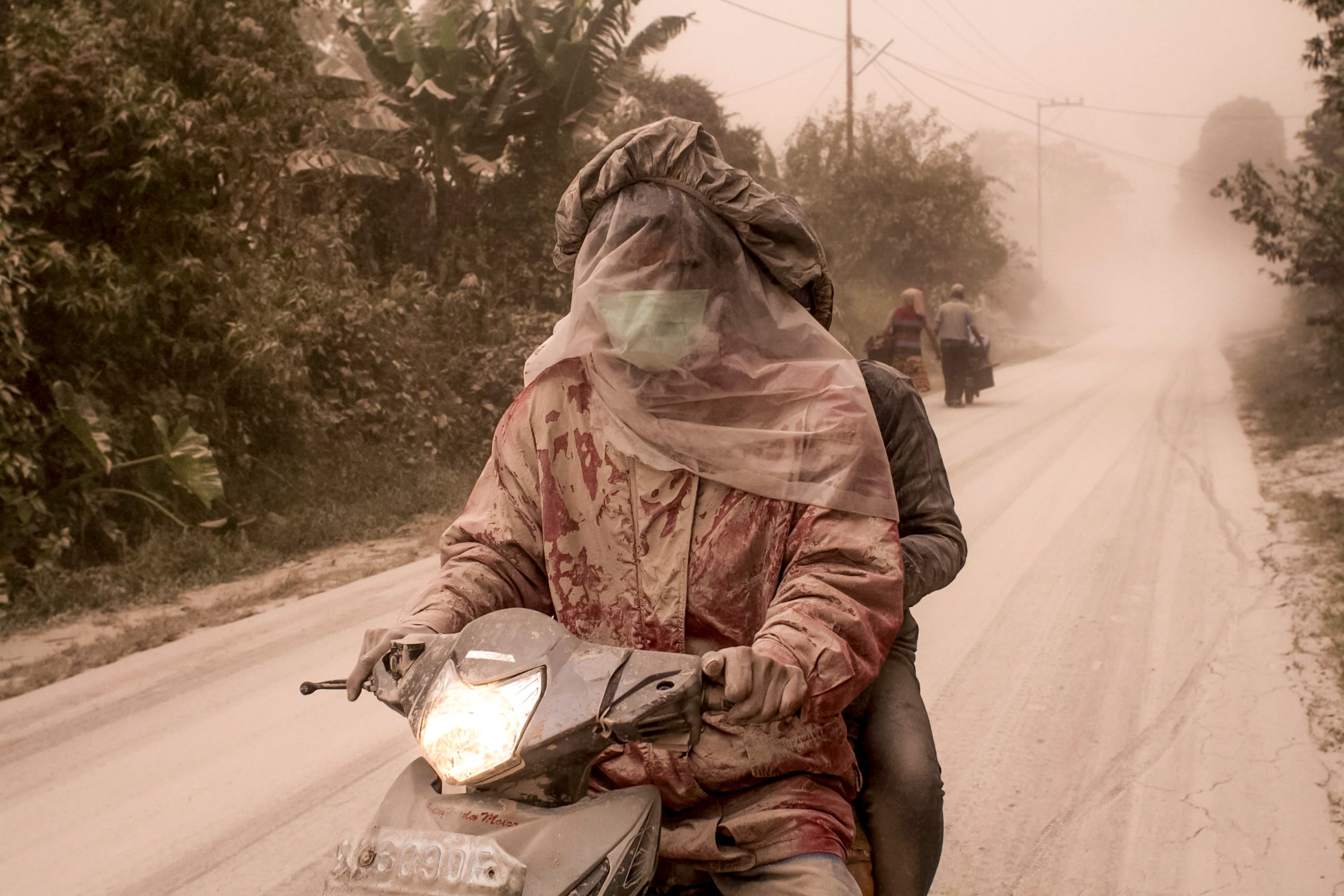 رجل يقود دراجة بخارية