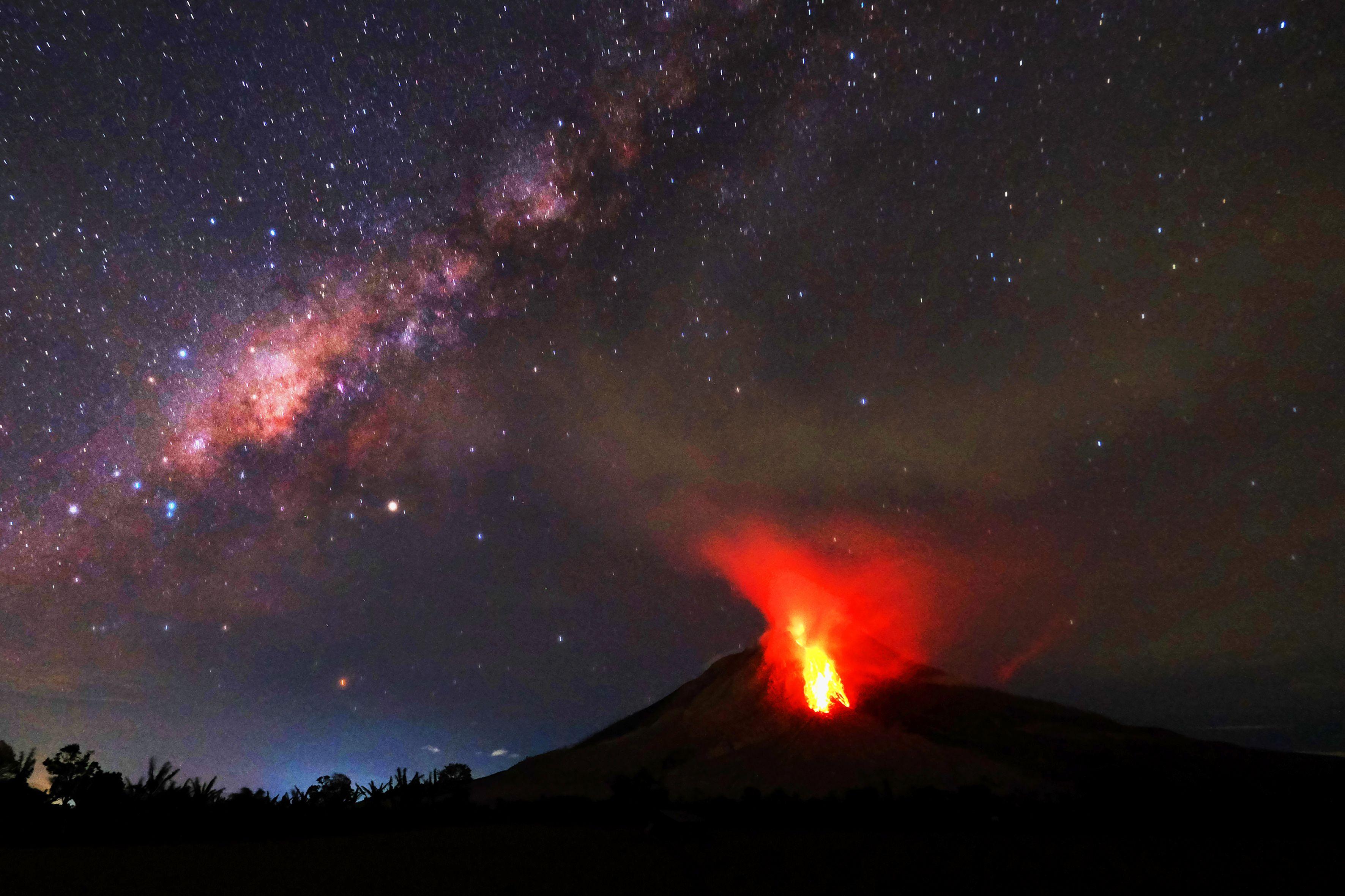 ثوران بركان فى إندونيسيا يقذف حمما بركانية على ارتفاع 4.5 كيلومتر