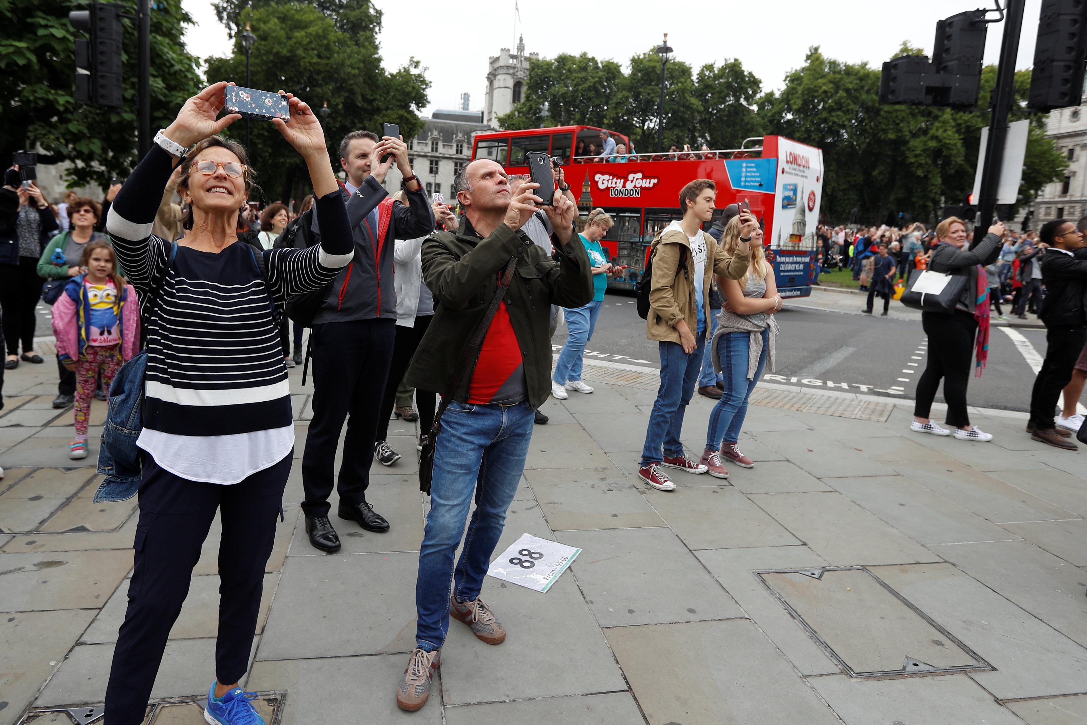 المواطنون يلتقطون صور لتوقف بيج بن
