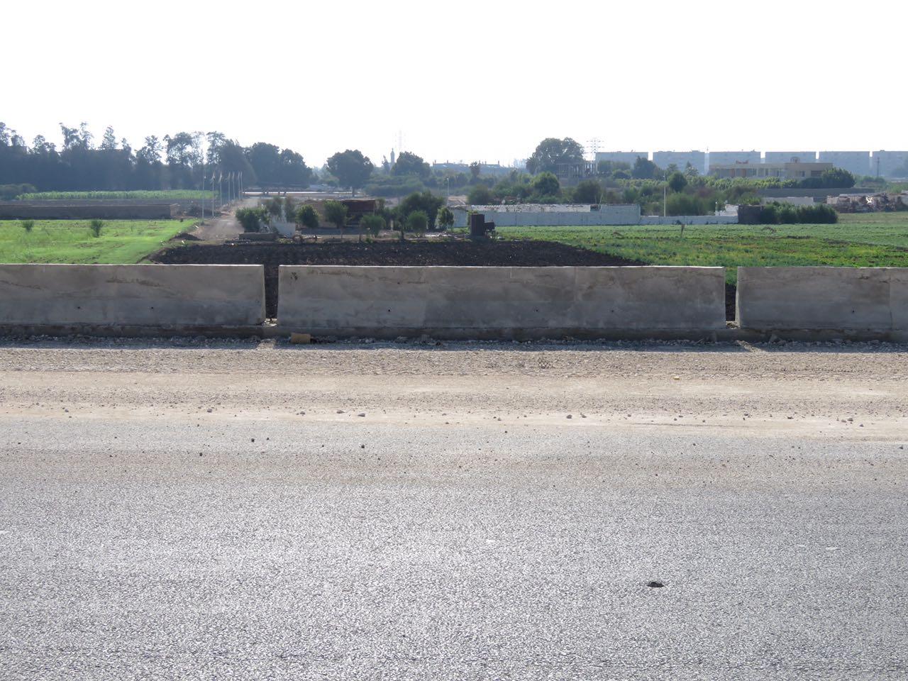 تبوير الأراضى الزراعية حول طريق شبرا ـ بنها الجديد (1)
