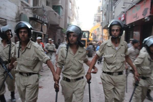 3 قوات الأمن تخرج المتجمهرين