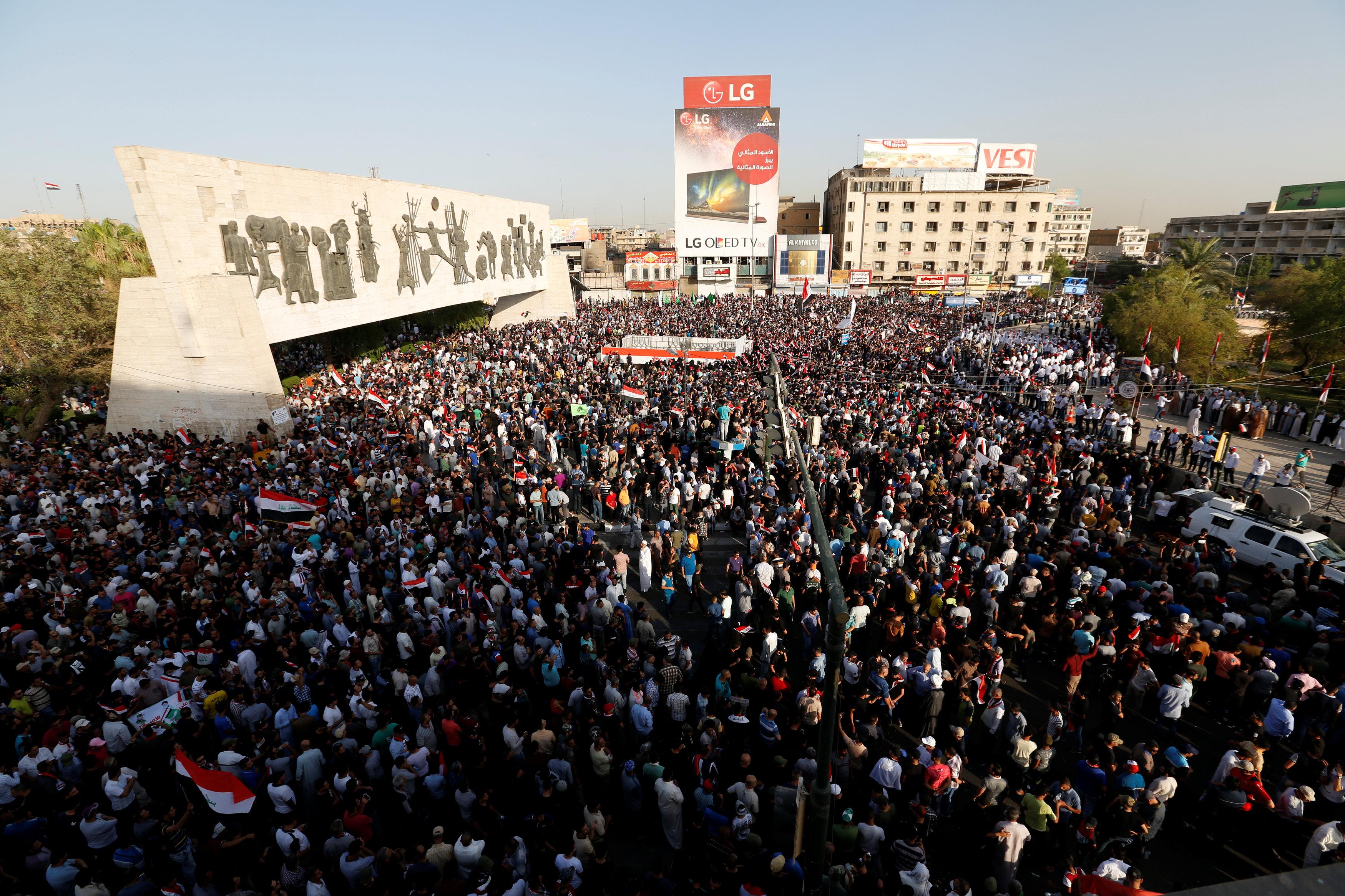حشود ضخمة في ساحة التحرير