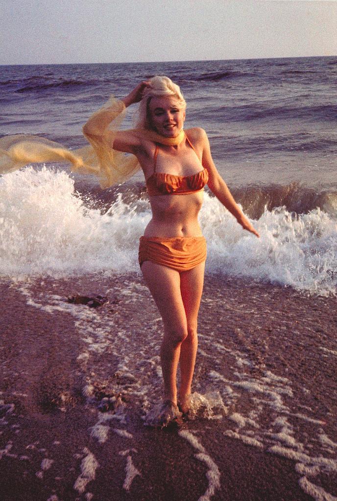 مارلين مونرو خاطفة للأنظار علي الشاطئ (2)
