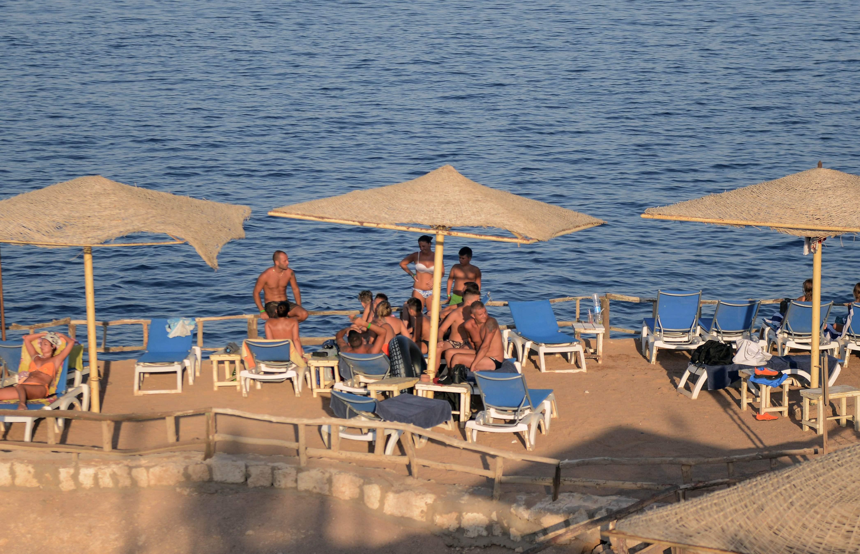 السياح على شواطئ شرم الشيخ