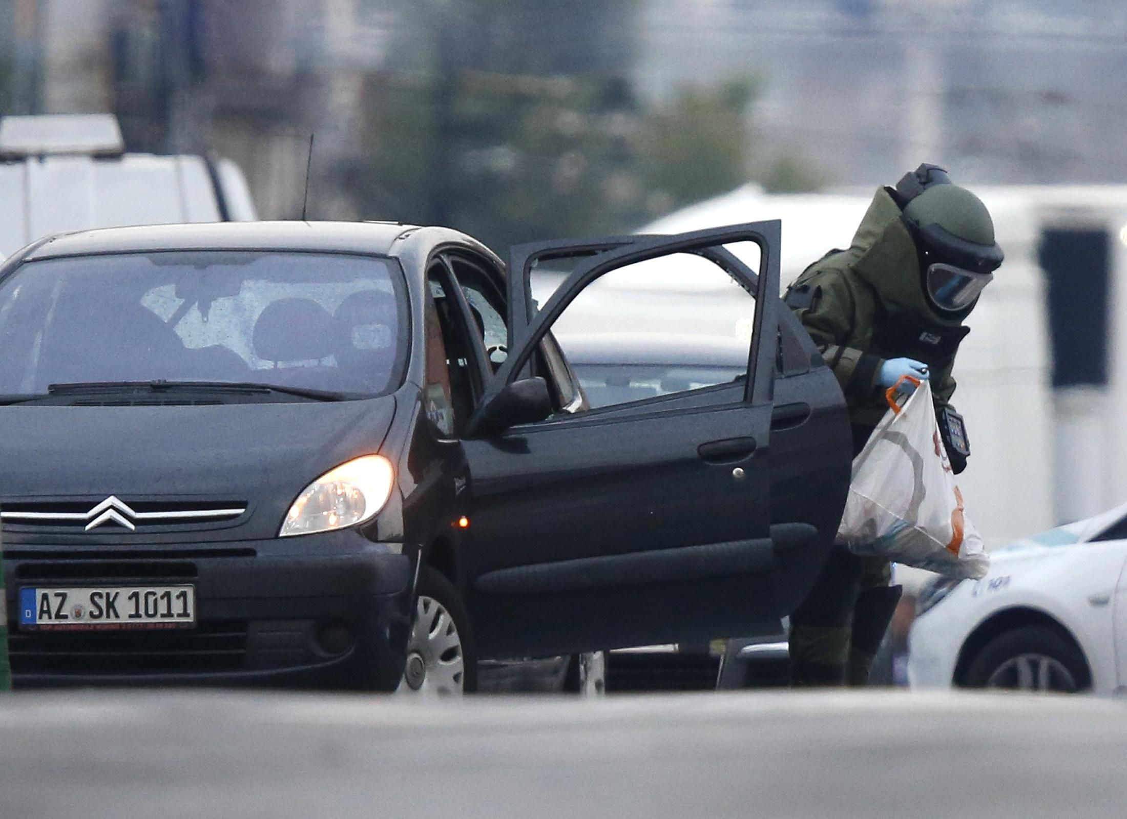 خبراء المفرقعات يفحصون السيارة