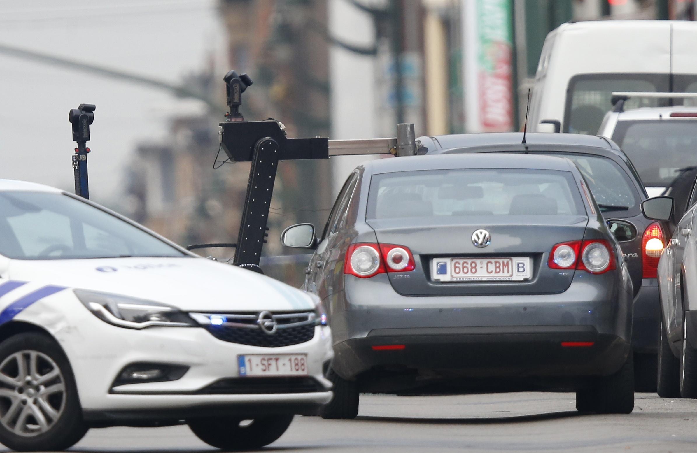 الشرطة البلجيكية تفحص السيارة