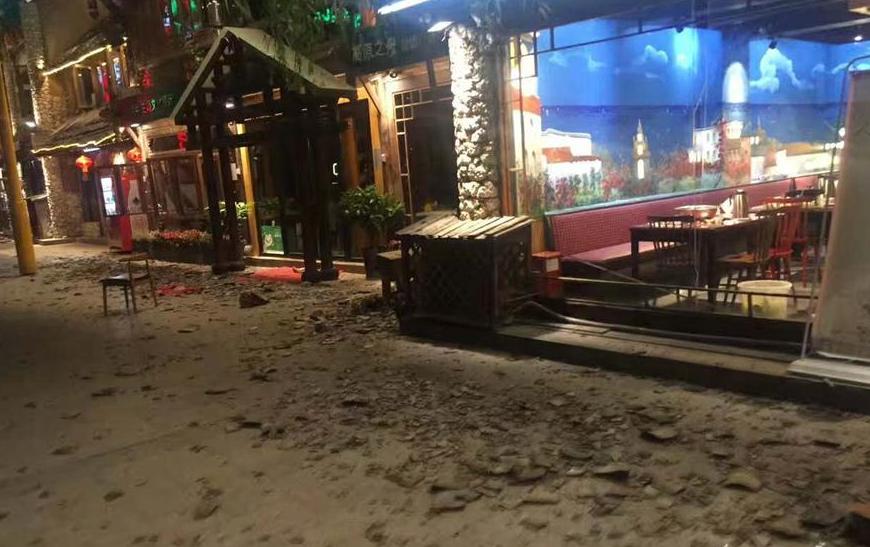 آثار الزلزال في الشوارع