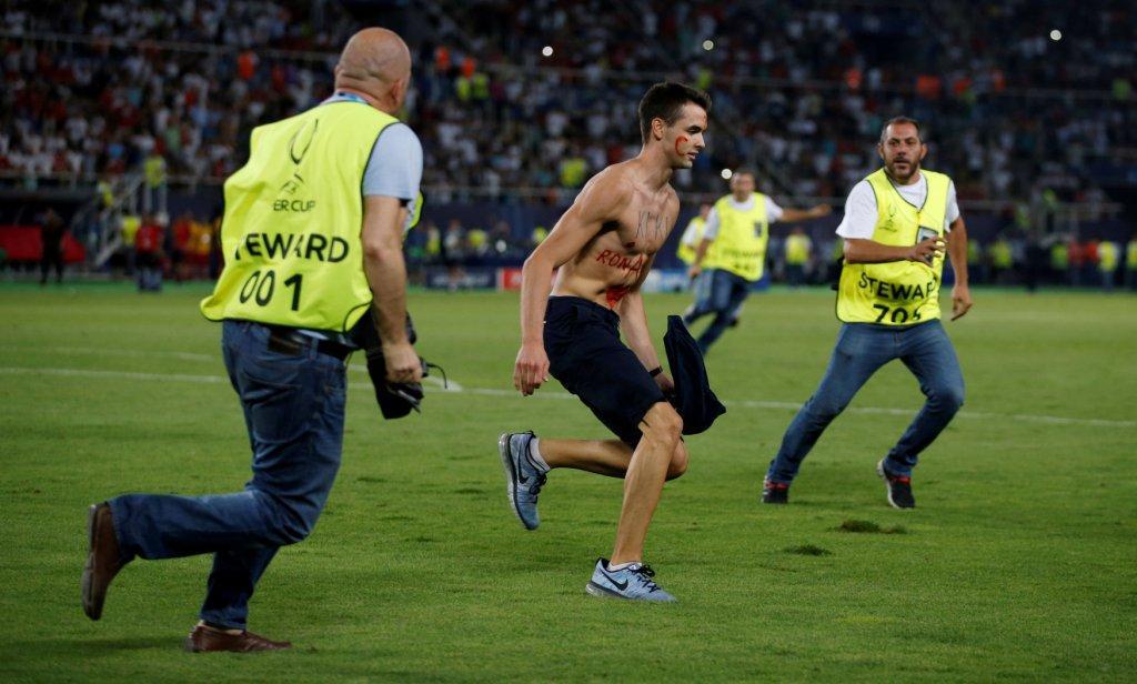 مشجع يقتحم الملعب للتصوير مع رونالدو