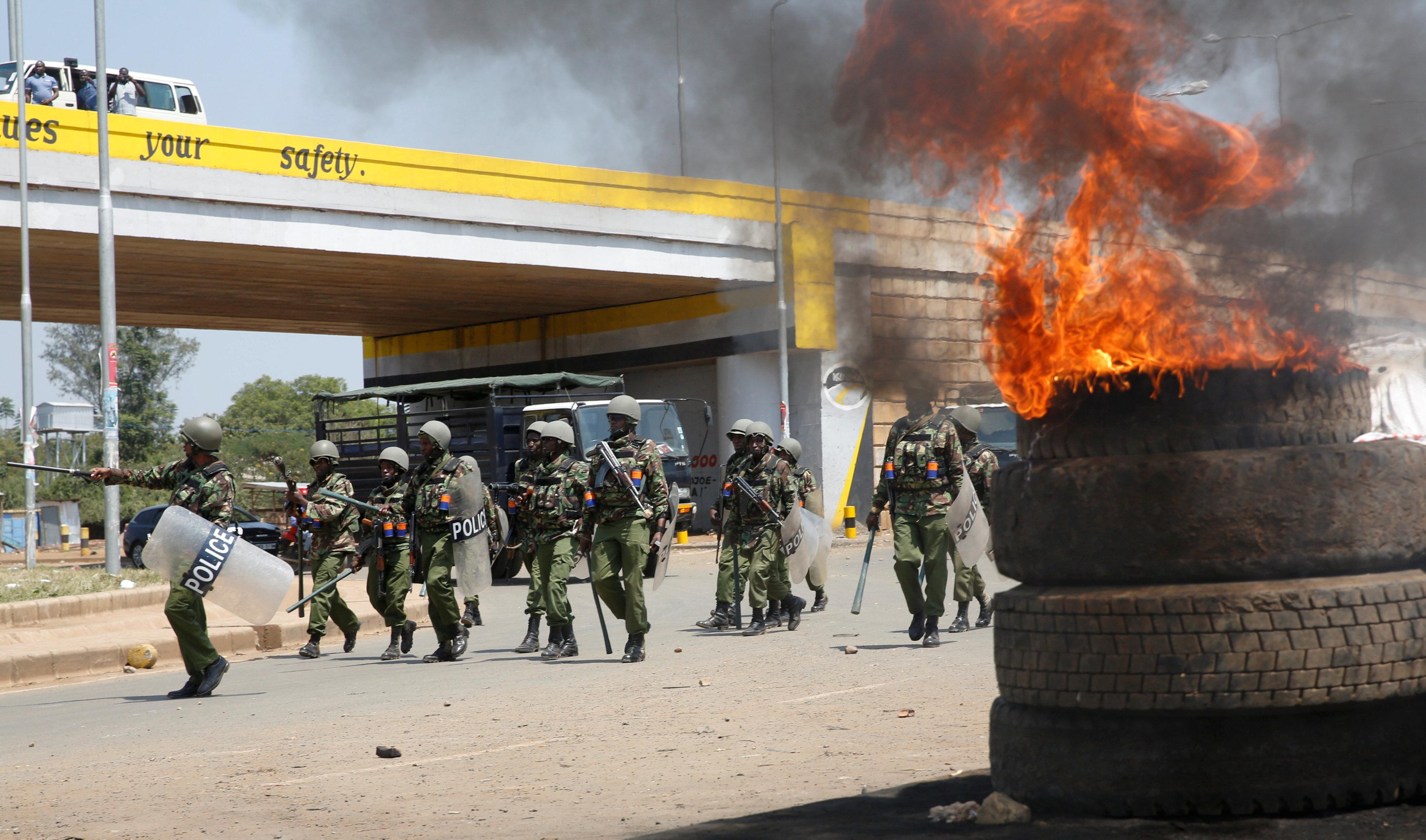 إطارات مشتعلة قرب قوات الشرطة الكينية