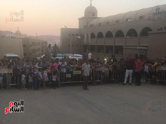 مواطنون-ينتظرون-دورة-العذراء-مريم-بجيل-درنكه