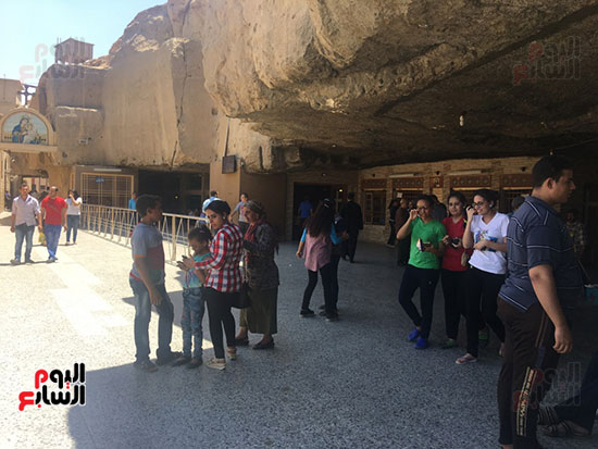 مواطنون-علي-مداخل-مزار-العذراء