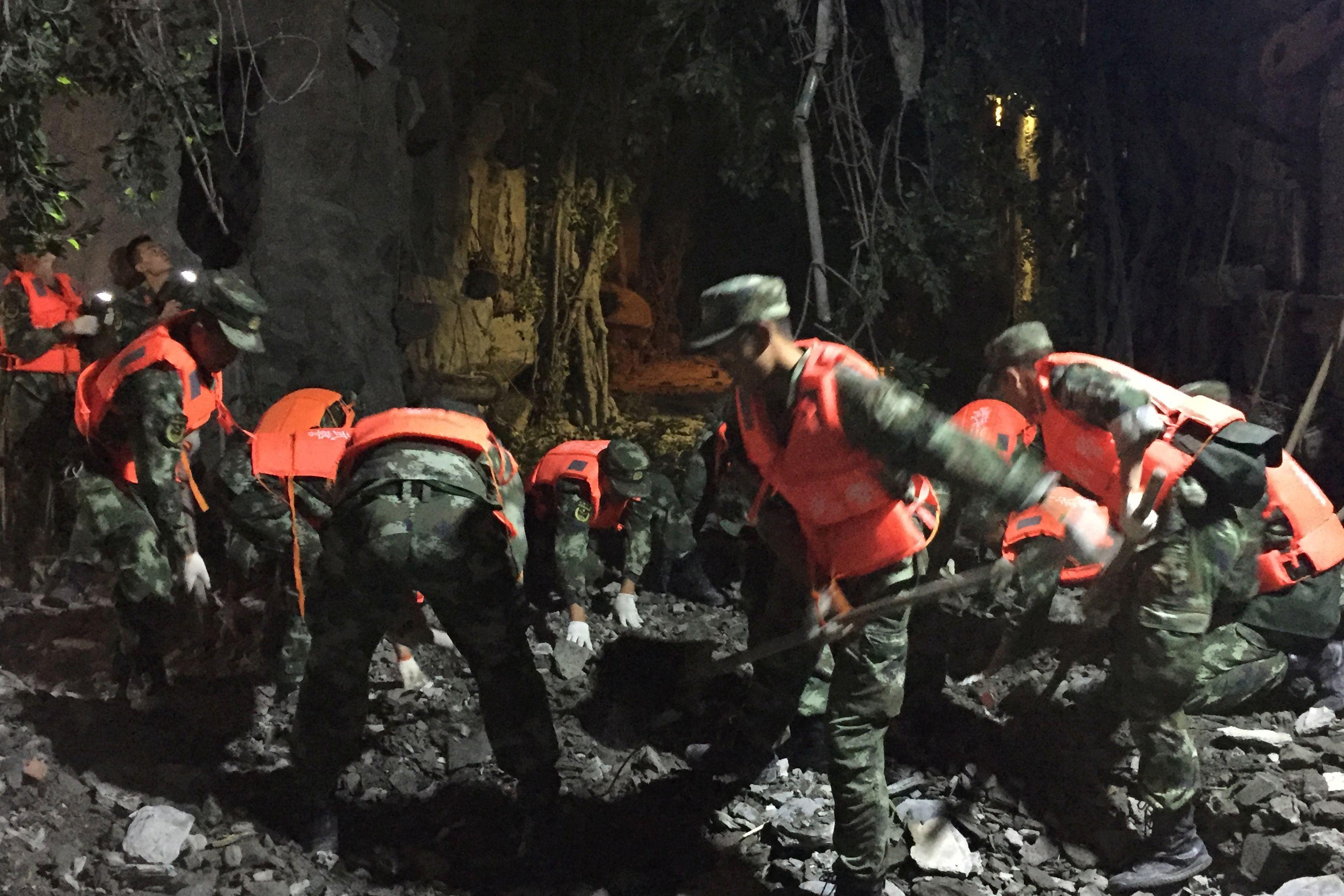 القوات الصينية تباشر أعمال الإغاثة
