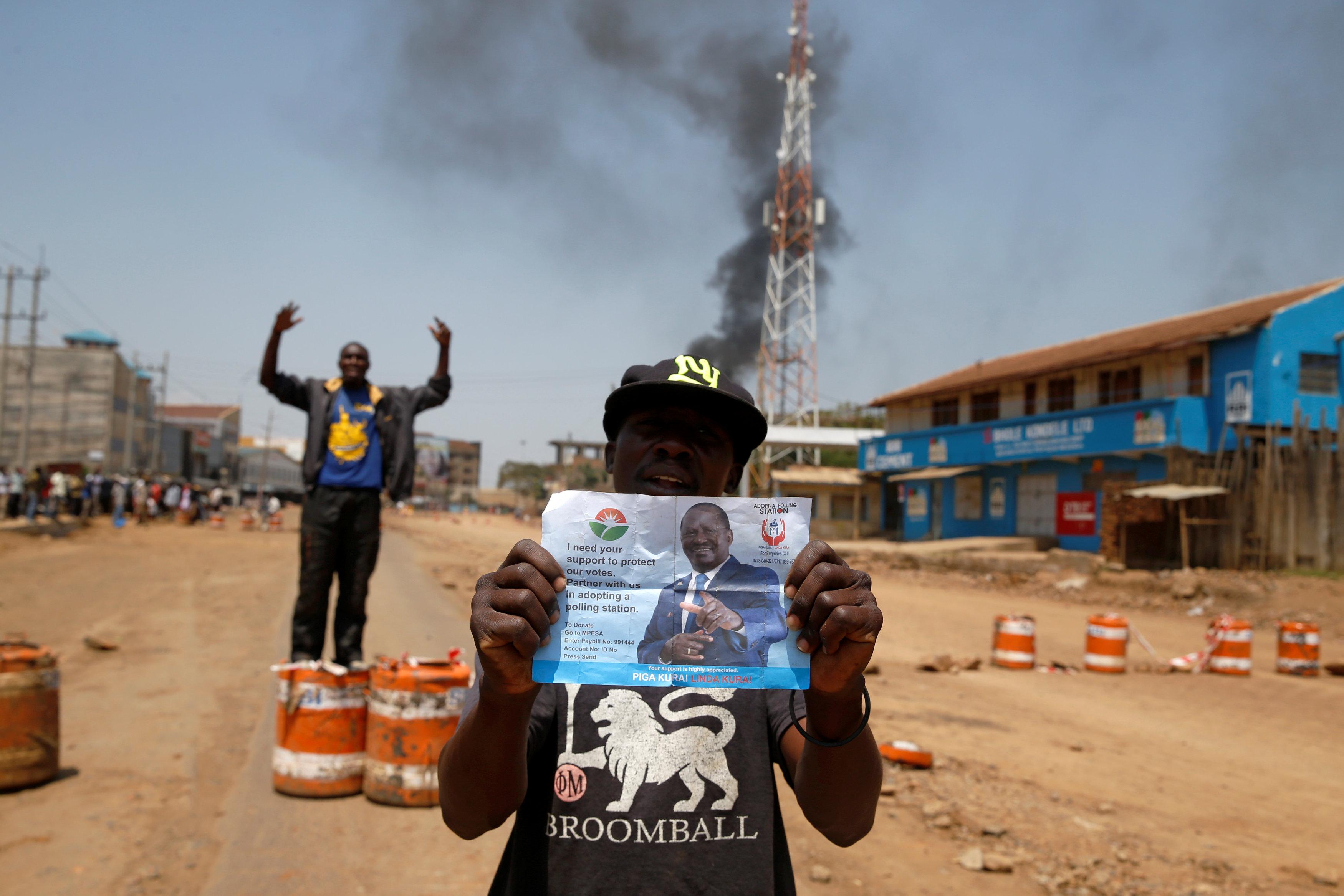أحد أنصار اودينجا يرفع صورة زعيم المعارضة الكينى